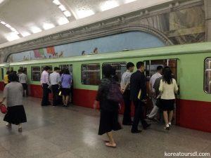 北朝鮮旅行1 平壌の地下鉄