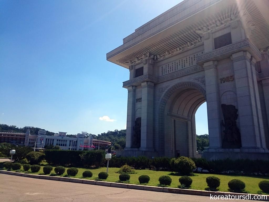 北朝鮮を代表する建造物「凱旋門」と金日成競技場