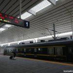 中国・丹東駅で出発を待つ国際列車