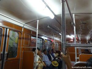 地下鉄旧車両内